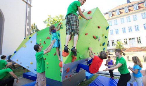 Artikelbild zu Artikel Boulderblock vom Jubiläum kommt hinter die Kletterhalle